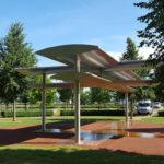 Stadtführer zeigt Luthergarten schwebendes Kreuz