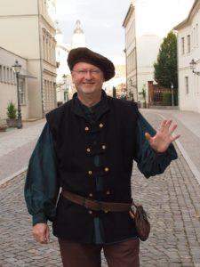 Stadtführer Klaus Pohl im Gewand